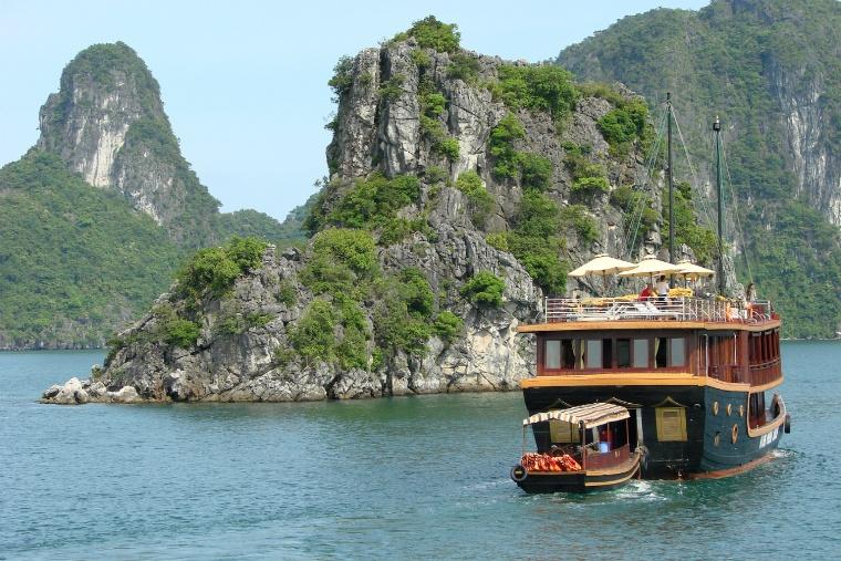 Halong_Bay_-_Vietnam_01.jpg