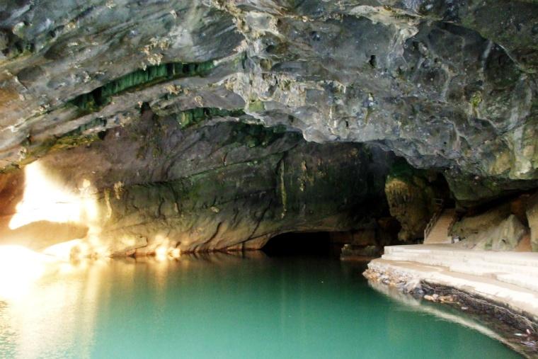 Sông_Son_chảy_trong_hang.jpg