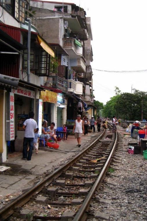 Living_on_train_tracks_at_vietnam.jpg