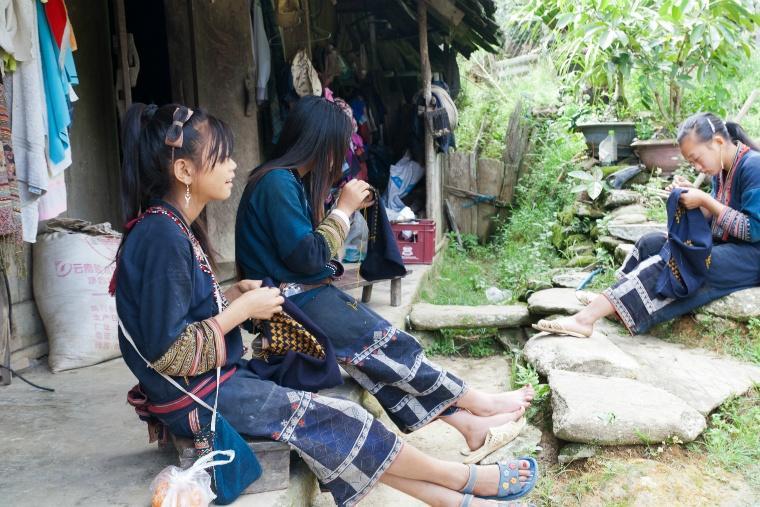 Hmong_women_in_Sa_Pa.jpg