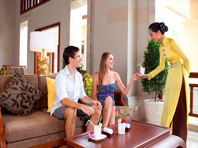 Mainland Lobby_Welcome drinks.jpg