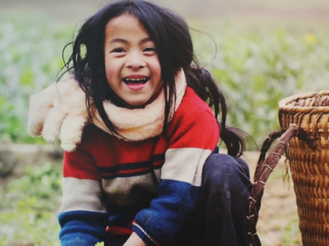 カメラに向かって満面の笑みを浮かべる女の子